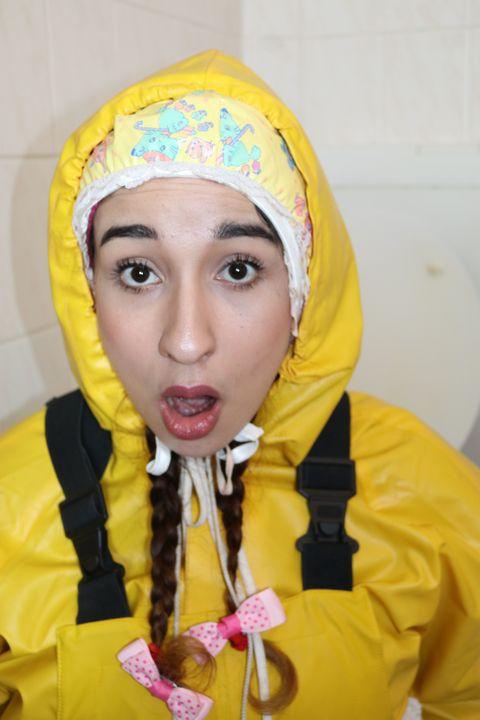 aljurumaki begrüßt einen Kunden - maids in plastic clothes