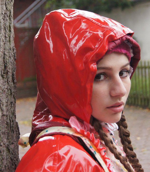 die kleine Gumminutte dumbazulma - maids in plastic clothes
