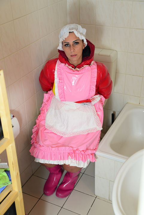 hermosa chica en el baño - maids in plastic clothes