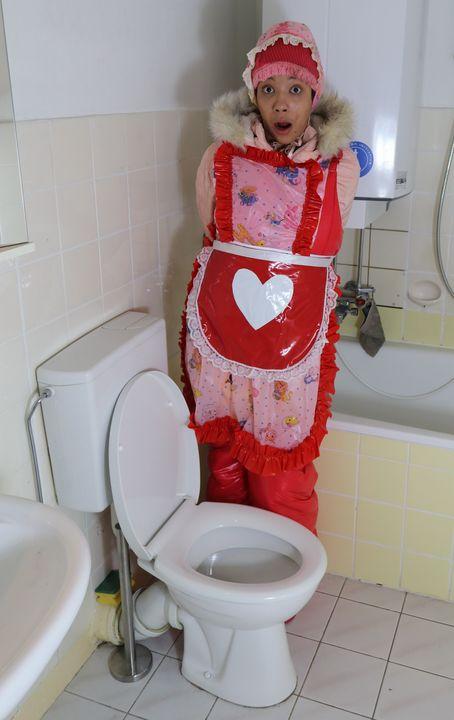 Gumminutte vonjutschaja shljucha - maids in plastic clothes