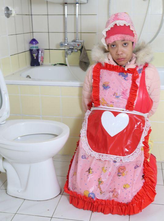 Supermodel vonjutschaja shljucha - maids in plastic clothes