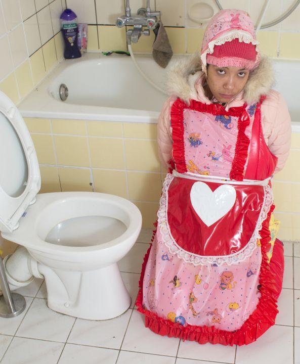 Toilette vonjutschaja shljucha - maids in plastic clothes