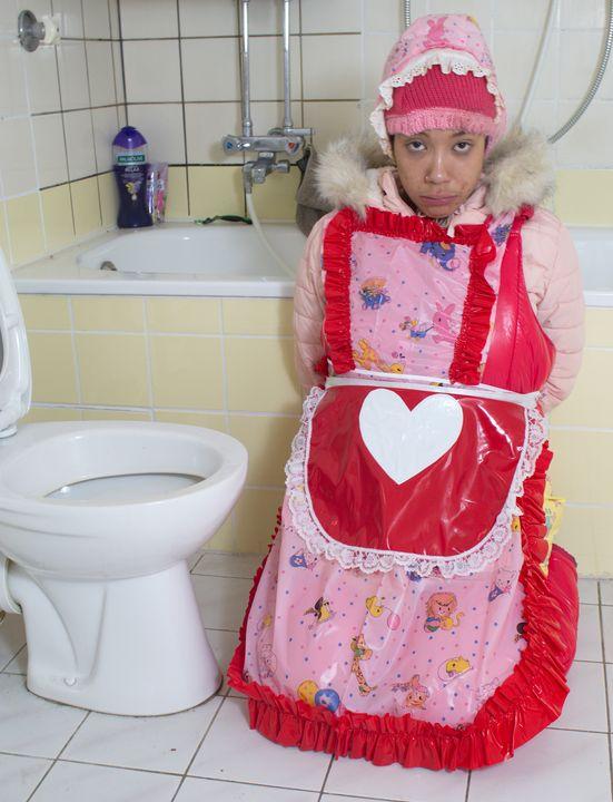ばかげたゴム製売春婦 - maids in plastic clothes