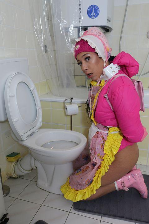 Arbeitsplatz einer Gumminutte - maids in plastic clothes