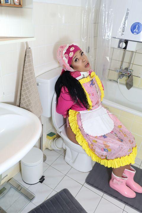 ห้องน้ำหญิงขายบริการ - maids in plastic clothes
