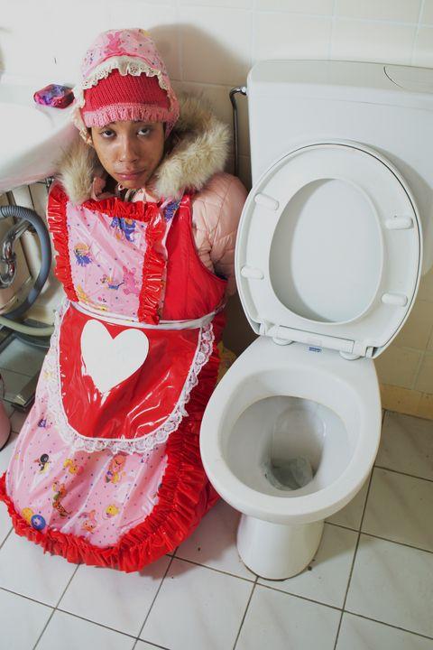 hore toalett  vonjutschaja shljucha - maids in plastic clothes