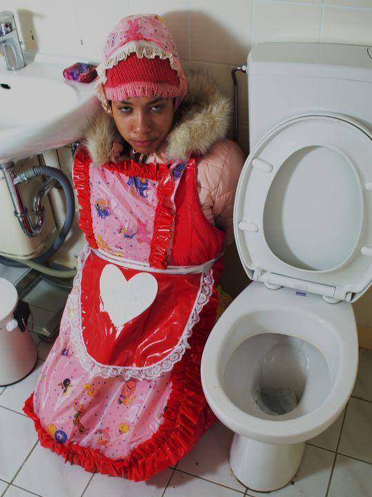 курва тоалетна бийчаща шлюча - maids in plastic clothes