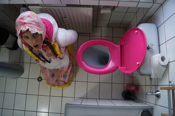 klonutte koszazulma ist dienstbereit - maids in plastic clothes