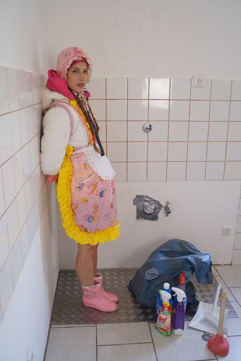 Küche und Gumminutte - maids in plastic clothes