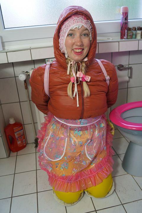 bezauberndes Lächeln der Gumminutte - maids in plastic clothes
