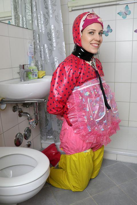Gumminutte fahişezulma sieht Dich! - maids in plastic clothes