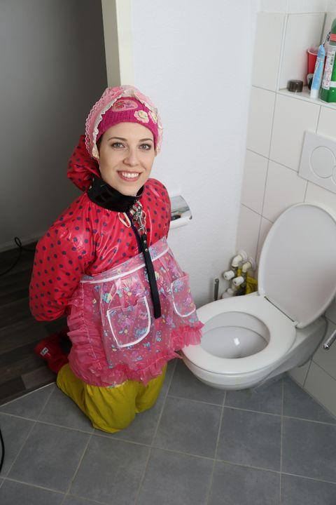 Die Windel gibt ihr Sicherheit! - maids in plastic clothes