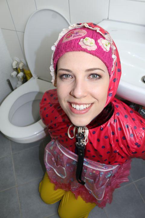 Die Gumminutte freut zu arbeiten - maids in plastic clothes