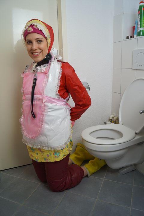 Подгузник из шлюхи снова полон - maids in plastic clothes
