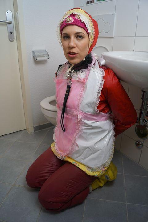 Was für eine schöne Gumminutte! - maids in plastic clothes