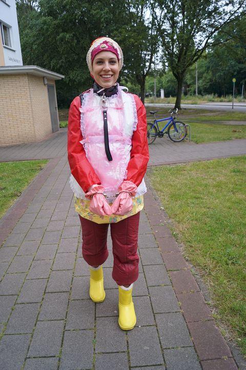 Gumminutte fahişezulma schafft an - maids in plastic clothes