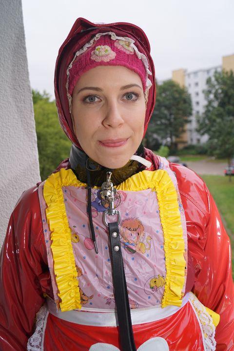 Wie süß die kleine fahişezulma ist! - maids in plastic clothes