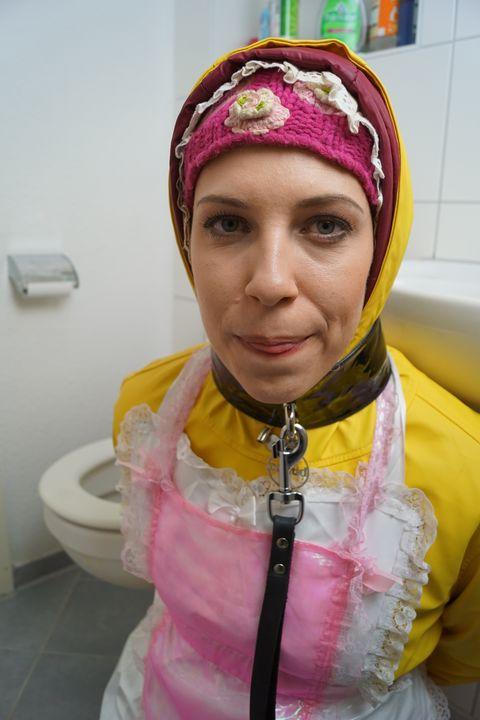 Flicka med regnjacka - maids in plastic clothes