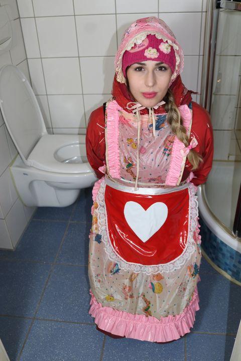 赤い雨ジャケットの売春婦 - maids in plastic clothes