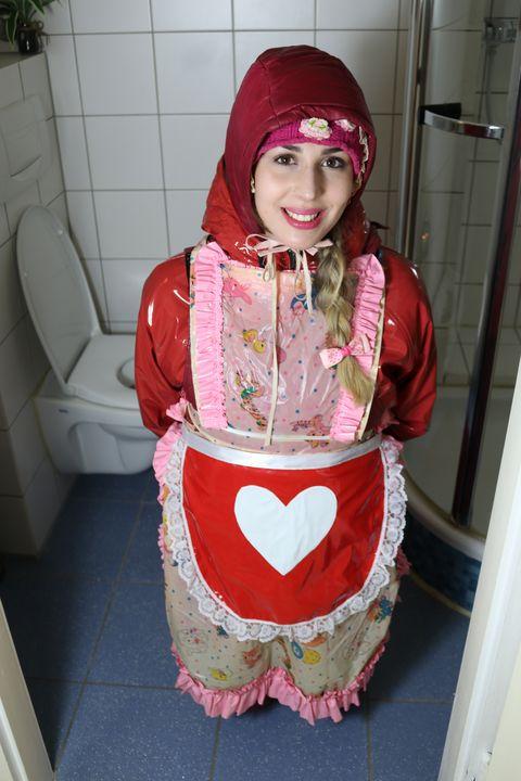 穿着红色雨衣的妓女 - maids in plastic clothes