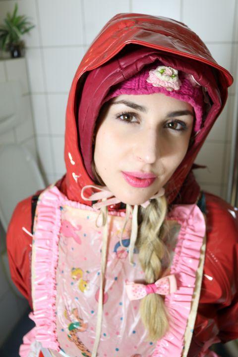 glupagisslana gibt Küsschen! - maids in plastic clothes