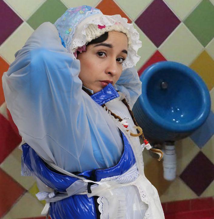 Klohure aljurumaki in Gummiburka - maids in plastic clothes