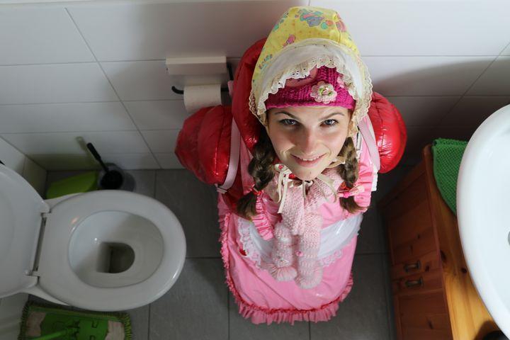 ゴム製ヒジャーブの従順な売春婦 - maids in plastic clothes