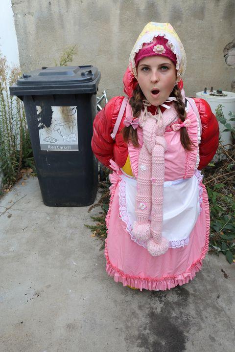 고무에 예쁜 여자 - maids in plastic clothes