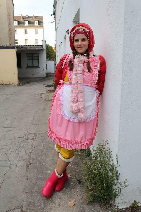 Gumminutte auf dem Straßenstrich - maids in plastic clothes