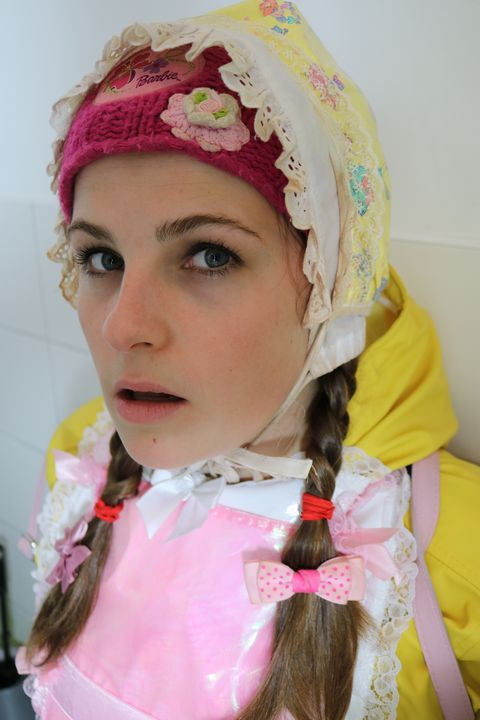 Nutte im Friesennerz Hijab - maids in plastic clothes