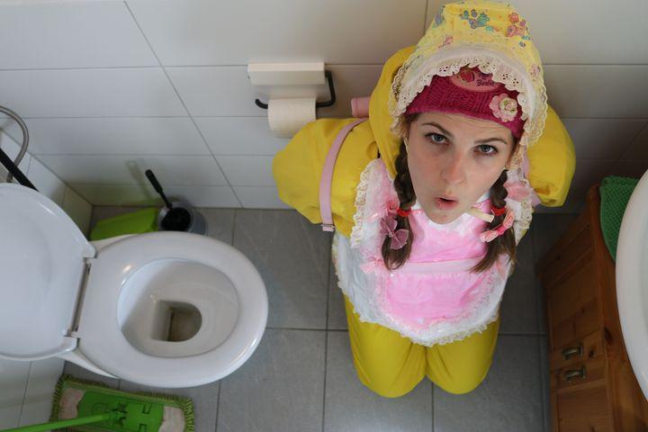 اكسسوارات للمرحاض - maids in plastic clothes