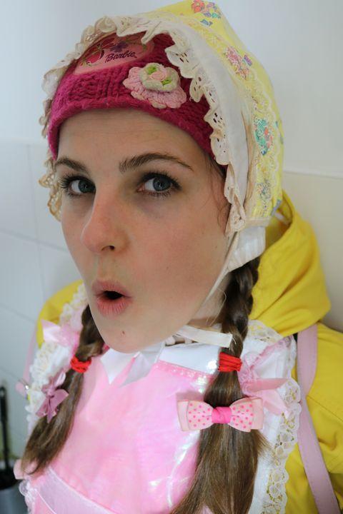 Gummisklavin in Friesennerz - maids in plastic clothes