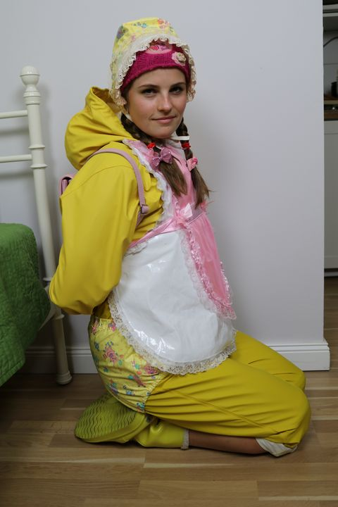 عاهرة في الحجاب مصنوعة من المطاط - maids in plastic clothes