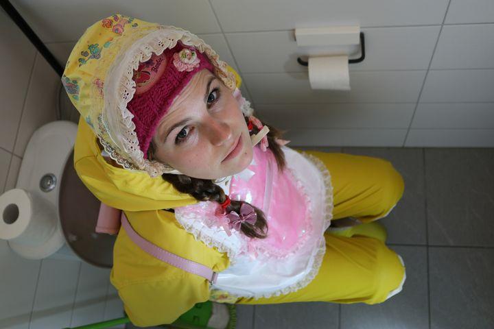 schönes Mädchen in Friesennerz - maids in plastic clothes