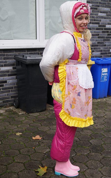 vorbildliche, klassische Gumminutte - maids in plastic clothes