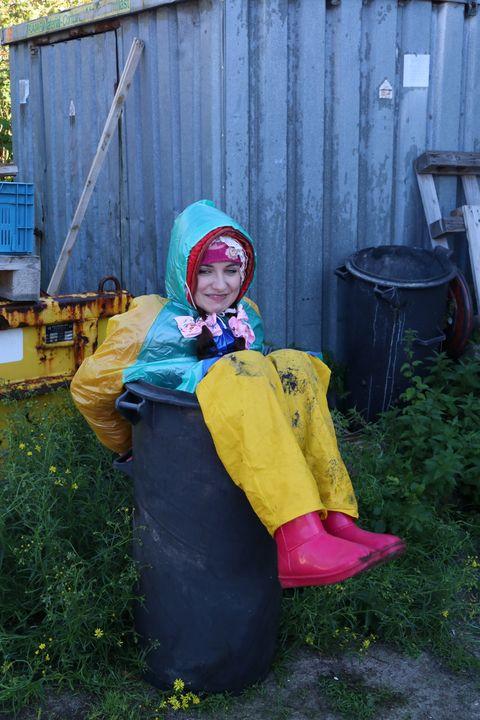 بقايا اللحوم ونفايات المطاط - maids in plastic clothes