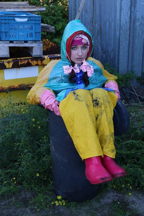 Gummiabfall und Restmüll - maids in plastic clothes