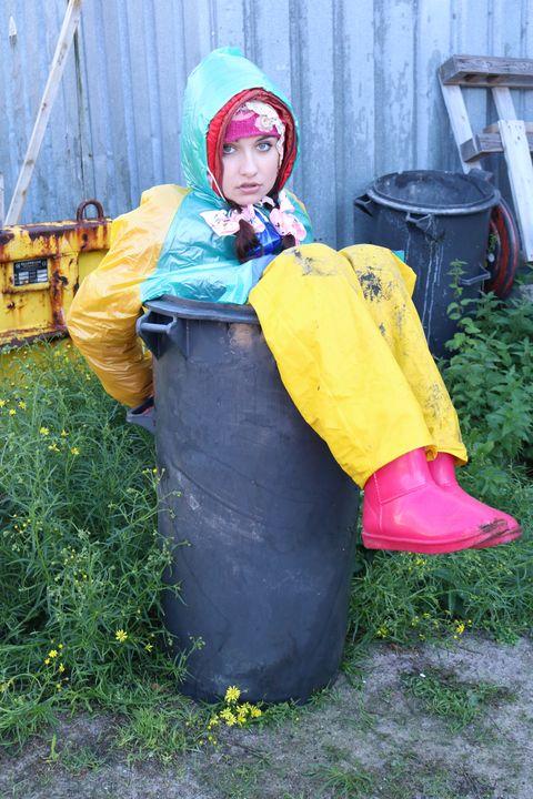 Мясные остатки и пластиковые отходы - maids in plastic clothes