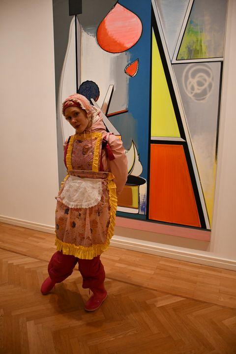 eine Gumminutte im Museum - maids in plastic clothes