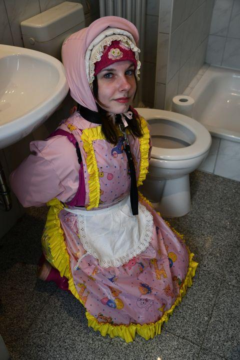 ゴム製売春婦はたわごとの彼女のズボンを持っています - maids in plastic clothes