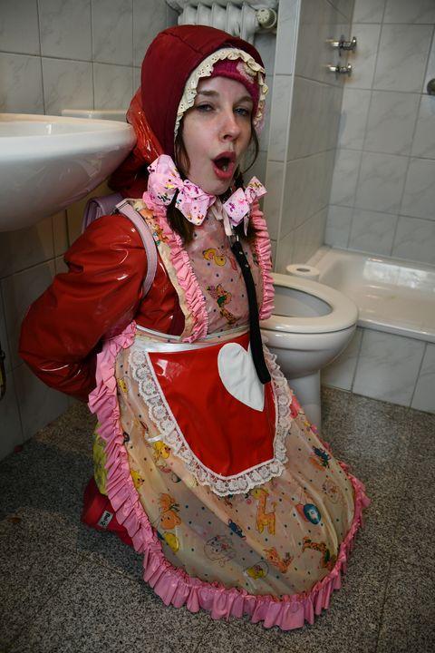 ゴム売春婦は次の求婚者を歓迎します - maids in plastic clothes