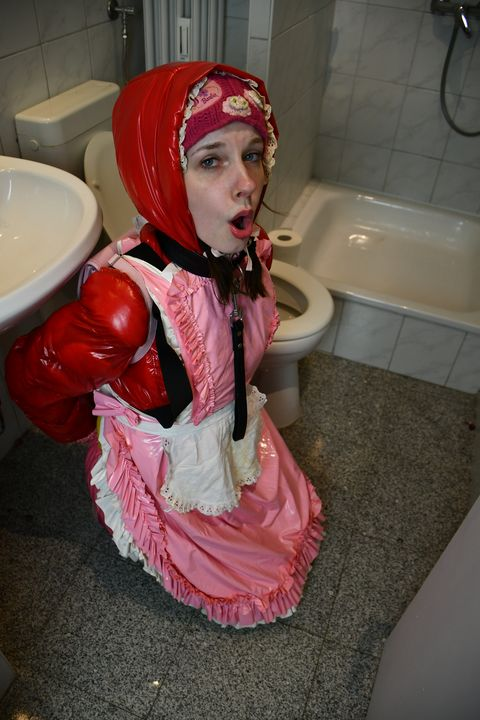 kurvë budalla boka yiyena fahişad - maids in plastic clothes