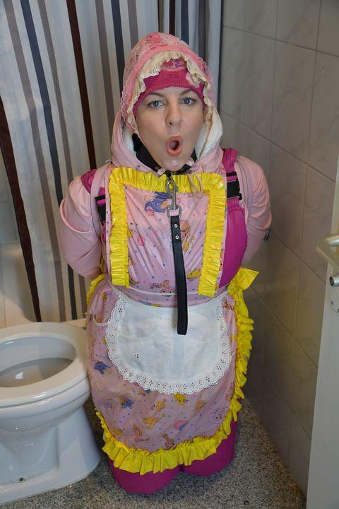 حلال: فتيات ألمانيات - maids in plastic clothes