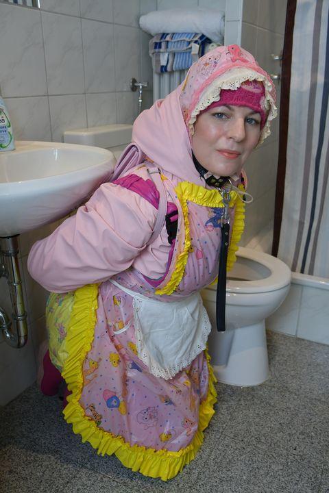 ハラール:売春婦の職場 - maids in plastic clothes