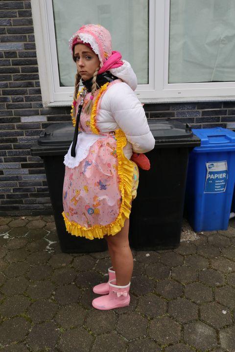 売春婦は彼女のポン引きのために1日1,000ドルを稼ぎます - maids in plastic clothes