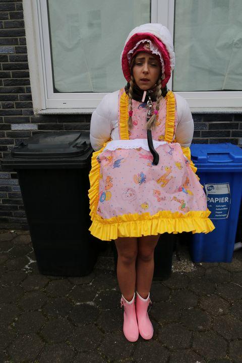 Quelqu'un la touche sous son tablier - maids in plastic clothes
