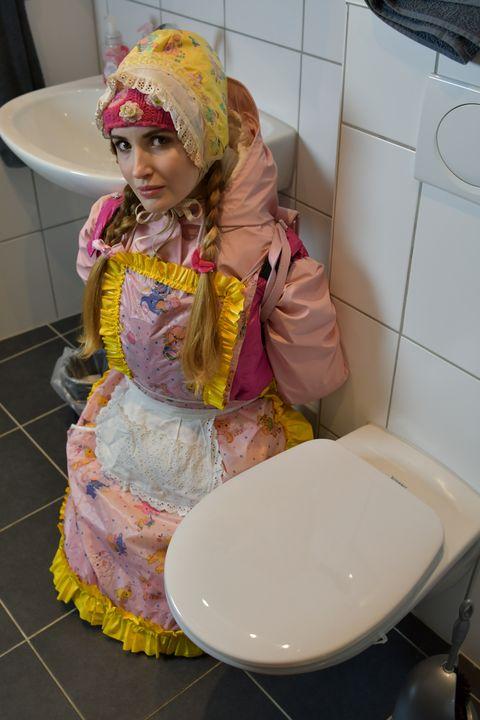 그녀의 직장에서 화장실 창녀 - maids in plastic clothes