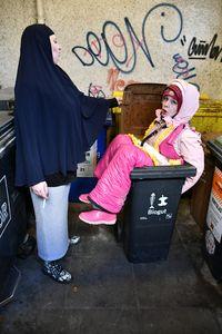 イスラム教徒の女性とゴムのゴミ