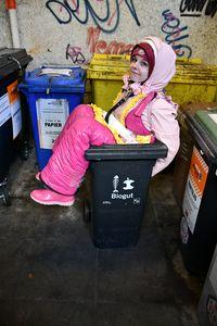 Улыбающийся мусор в резине