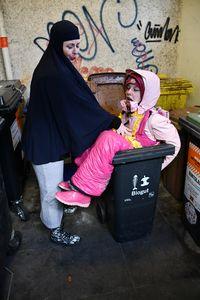Muslimsk kvinna och skräp i gummi
